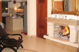 Гостиная. Продается вилла в Утехе, в 10 метрах от моря. 497м2, гостиная, 5 спален, 4 ванные комнаты, столовая, кухня, мансарда, бассейн, гараж. Цена - 1'250'000 Евро. в Утехе