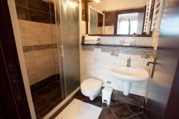 Ванная комната. Черногория, Костаньица : Современный апартамент для 4 человек, с 2-мя отдельными спальнями, с террасой с шикарным видом на море, 10 метров до пляжа
