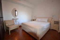 Спальня. Черногория, Костаньица : Современный апартамент для 4 человек, с 2-мя отдельными спальнями, с террасой с шикарным видом на море, 10 метров до пляжа