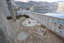 Терраса. Черногория, Костаньица : Современный апартамент для 4 человек, с 2-мя отдельными спальнями, с террасой с шикарным видом на море, 10 метров до пляжа