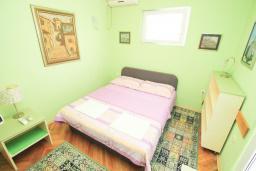 Спальня. Черногория, Герцег-Нови : Двухместный номер рядом с пляжем Раффаэло