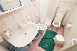 Ванная комната. Черногория, Герцег-Нови : Двухместный номер рядом с пляжем Раффаэло