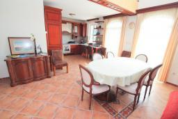 Обеденная зона. Черногория, Герцег-Нови : Вилла с бассейном, гостиной, четырьмя спальнями, двумя ванными комнатами.