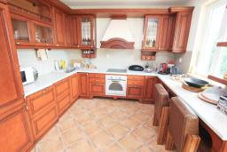 Кухня. Черногория, Герцег-Нови : Вилла с бассейном, гостиной, четырьмя спальнями, двумя ванными комнатами.
