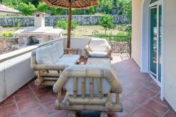 Территория. Черногория, Герцег-Нови : Вилла с бассейном, гостиной, четырьмя спальнями, двумя ванными комнатами.