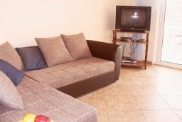 Гостиная. Черногория, Бигова : Апартамент для 4-8 человек, с 2-мя отдельными спальнями, с 3-мя ванными комнатами, с террасой с шикарным видом на море, 20 метров до пляжа