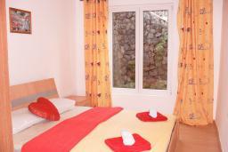 Спальня. Черногория, Бигова : Апартамент для 4-8 человек, с 2-мя отдельными спальнями, с 3-мя ванными комнатами, с террасой с шикарным видом на море, 20 метров до пляжа