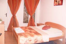Спальня 2. Черногория, Бигова : Апартамент для 4-8 человек, с 2-мя отдельными спальнями, с 3-мя ванными комнатами, с террасой с шикарным видом на море, 20 метров до пляжа