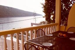 Терраса. Черногория, Бигова : Апартамент для 4-8 человек, с 2-мя отдельными спальнями, с 3-мя ванными комнатами, с террасой с шикарным видом на море, 20 метров до пляжа