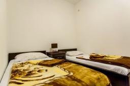 Спальня 2. Черногория, Дженовичи : Апартамент в 20 метрах от пляжа, с гостиной и двумя отдельными спальнями
