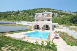 Фасад дома. Черногория, Петровац : Вилла с бассейном и шикарным видом на море, с двумя гостиными, двумя спальнями, тремя ванными комнатами, местом для парковки и зеленой территорией.