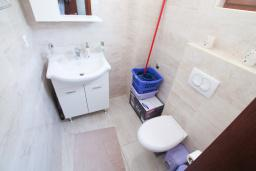Туалет. Черногория, Петровац : Вилла с бассейном и шикарным видом на море, с двумя гостиными, двумя спальнями, тремя ванными комнатами, местом для парковки и зеленой территорией.