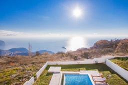 Вид на море. Черногория, Петровац : Вилла с бассейном и шикарным видом на море, с двумя гостиными, двумя спальнями, тремя ванными комнатами, местом для парковки и зеленой территорией.