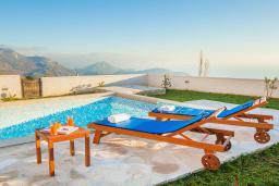 Бассейн. Черногория, Петровац : Вилла с бассейном и шикарным видом на море, с двумя гостиными, двумя спальнями, тремя ванными комнатами, местом для парковки и зеленой территорией.
