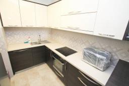 Кухня. Черногория, Тиват : Апартамент с гостиной и двумя отдельными спальнями