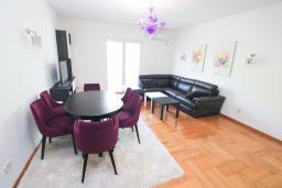 Гостиная. Черногория, Тиват : Апартамент с гостиной и двумя отдельными спальнями