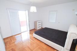 Спальня. Черногория, Тиват : Апартамент с гостиной и двумя отдельными спальнями