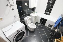 Ванная комната. Черногория, Тиват : Апартамент с гостиной и двумя отдельными спальнями