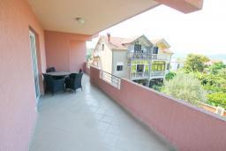 Балкон. Черногория, Тиват : Апартамент с гостиной и двумя отдельными спальнями