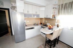 Кухня. Черногория, Будва : Апартамент в 100 метрах от моря, с гостиной, отдельной спальней и террасой