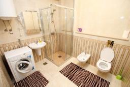 Ванная комната. Черногория, Бечичи : Апартамент в 100 метрах от пляжа, с гостиной и отдельной спальней.