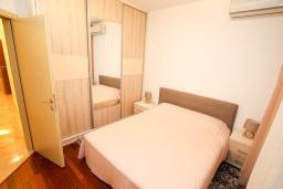 Спальня. Черногория, Бечичи : Апартамент в 100 метрах от пляжа, с гостиной и отдельной спальней.