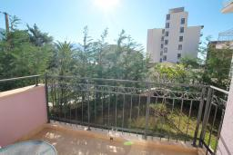 Балкон. Черногория, Бечичи : Апартамент в 100 метрах от пляжа, с гостиной и отдельной спальней.