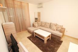 Гостиная. Черногория, Бечичи : Апартамент в 100 метрах от пляжа, с гостиной и отдельной спальней.