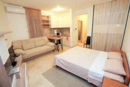 Студия (гостиная+кухня). Черногория, Бечичи : Уютная студия в 100 метрах от пляжа.