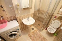 Ванная комната. Черногория, Бечичи : Уютная студия в 100 метрах от пляжа.