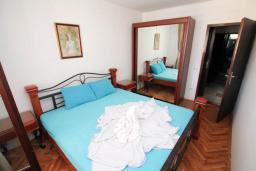 Спальня. Черногория, Петровац : Апартамент для 4 человек, с 2-мя отдельными спальнями, 70 метров до моря