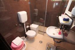 Ванная комната. Черногория, Петровац : Апартамент для 4 человек, с 2-мя отдельными спальнями, 70 метров до моря