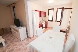 Гостиная. Черногория, Петровац : Апартамент для 4 человек, с 2-мя отдельными спальнями, 70 метров до моря
