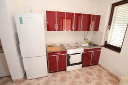 Кухня. Черногория, Петровац : Апартамент для 4 человек, с 2-мя отдельными спальнями, 70 метров до моря