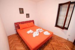 Спальня 2. Черногория, Петровац : Апартамент для 4 человек, с 2-мя отдельными спальнями, 70 метров до моря