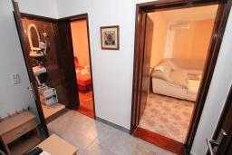 Коридор. Черногория, Петровац : Апартамент для 4 человек, с 2-мя отдельными спальнями, 70 метров до моря