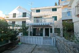 Фасад дома. Черногория, Зеленика : 3-х этажный каменный дом возле моря, с гостиной, 5-ю спальнями, двумя ванными комнатами, террасой и балконом