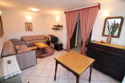 Гостиная. Черногория, Зеленика : 3-х этажный каменный дом возле моря, с гостиной, 5-ю спальнями, двумя ванными комнатами, террасой и балконом