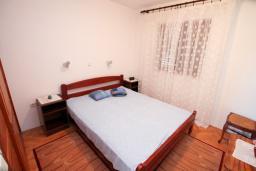 Спальня 2. Черногория, Зеленика : 3-х этажный каменный дом возле моря, с гостиной, 5-ю спальнями, двумя ванными комнатами, террасой и балконом