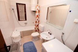 Ванная комната. Черногория, Зеленика : 3-х этажный каменный дом возле моря, с гостиной, 5-ю спальнями, двумя ванными комнатами, террасой и балконом