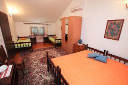 Спальня 5. Черногория, Зеленика : 3-х этажный каменный дом возле моря, с гостиной, 5-ю спальнями, двумя ванными комнатами, террасой и балконом