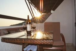 Балкон. Черногория, Петровац : Трехкомнатная квартира с видом на море, с гостиной и двумя отдельными спальнями, для 4-5 человек