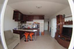 Гостиная. Черногория, Петровац : Трехкомнатная квартира с видом на море, с гостиной и двумя отдельными спальнями, для 4-5 человек