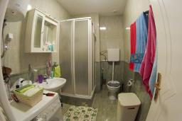 Ванная комната. Черногория, Петровац : Трехкомнатная квартира с видом на море, с гостиной и двумя отдельными спальнями, для 4-5 человек
