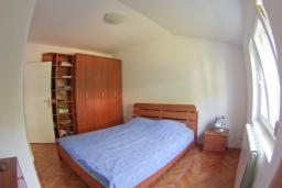 Спальня. Черногория, Петровац : Трехкомнатная квартира с видом на море, с гостиной и двумя отдельными спальнями, для 4-5 человек