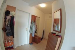 Коридор. Черногория, Петровац : Трехкомнатная квартира с видом на море, с гостиной и двумя отдельными спальнями, для 4-5 человек