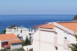 Вид на море. Черногория, Петровац : Трехкомнатная квартира с видом на море, с гостиной и двумя отдельными спальнями, для 4-5 человек
