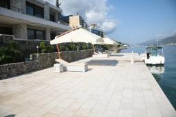 Ближайший пляж. Черногория, Крашичи : Роскошная вилла с частным пляжем и шикарным видом на море, 4 спальни, 5 ванных комнат, джакузи, большая терраса, Wi-Fi