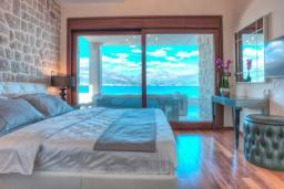 Спальня. Черногория, Крашичи : Роскошная вилла с частным пляжем и шикарным видом на море, 4 спальни, 5 ванных комнат, джакузи, большая терраса, Wi-Fi