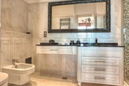 Ванная комната 2. Черногория, Крашичи : Роскошная вилла с частным пляжем и шикарным видом на море, 4 спальни, 5 ванных комнат, джакузи, большая терраса, Wi-Fi